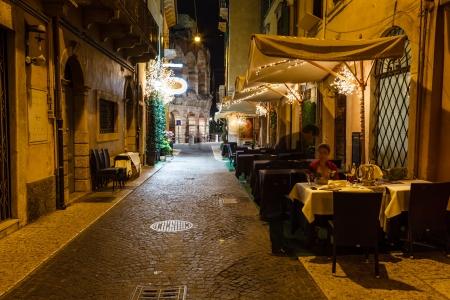 ブラ広場イタリア、ヴェネト、ヴェローナの歩道の屋外レストラン 写真素材