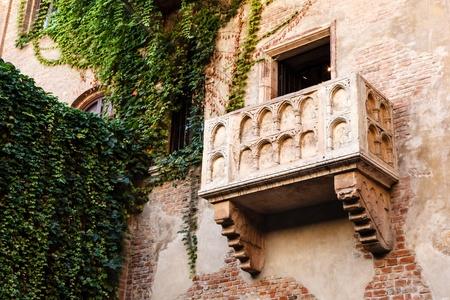 イタリア、ヴェネト、ヴェローナのジュリエット キャピュレット家の有名なバルコニー 写真素材