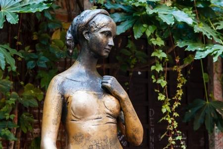 彼女の家の裏庭にヴェローナ、イタリア、ヴェネトのジュリエット Capulet の像
