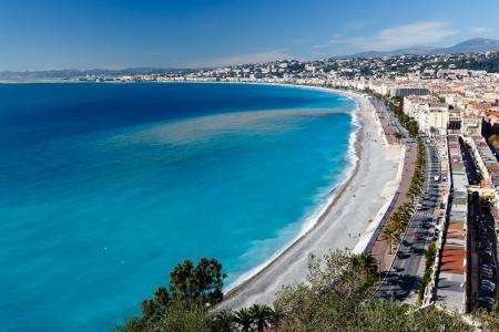 Promenade des Anglais y de la playa hermosa en Niza, Costa Azul, Francia