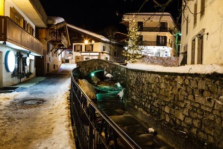central square: Illuminata piazza centrale di Megeve in Alpi francesi Archivio Fotografico