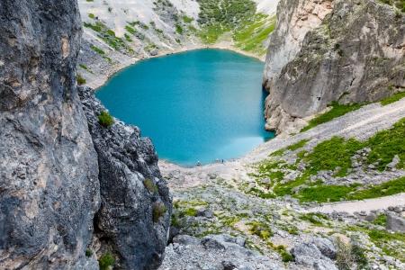 クロアチア、スプリトの近くの石灰岩のクレーターのイモツキー ブルー湖