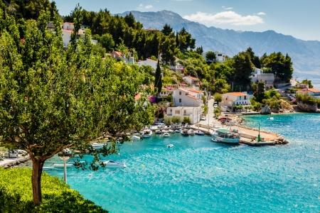 voile: Belle Bay Adriatique et le village près de Split, Croatie