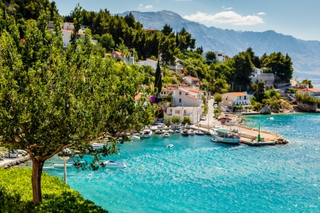 paisaje mediterraneo: Hermosa bahía Adriático y el Village, cerca de Split, Croacia