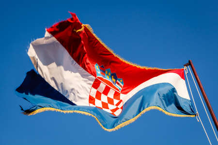 bandera de croacia: Bandera de Croacia ondeando en un polo más hermoso cielo azul en Omis, Croacia