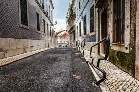 lisboa: Narrow Street in the Midieval Alfama District of Lisbon, Portugal