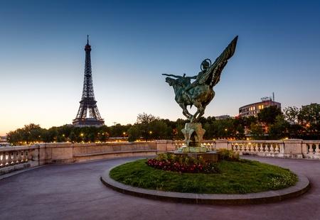 bir: France Reborn Statue on Bir-Hakeim Bridge and Eiffel Tower at Dawn, Paris, France Stock Photo