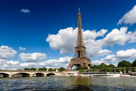seine: Eiffeltoren en de rivier de Seine met witte wolken in de achtergrond, Parijs, Frankrijk