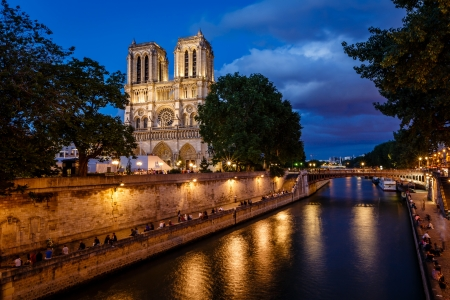 Notre Dame de Paris kathedraal en de rivier de Seine in de Avond, Parijs, Frankrijk