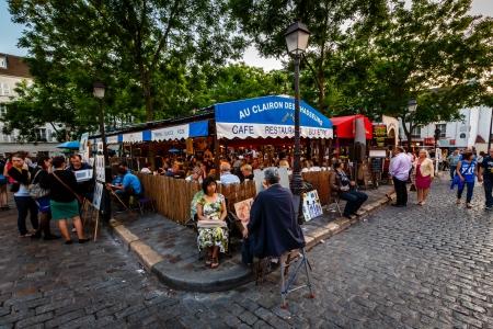 PARIJS - 1 juli Place du Tertre in Montmartre, Parijs met straatartiesten en schilderijen op 1 juli 2013 Het gebied dat ooit aangetrokken bekende moderne kunstenaars zoals Picasso en Dali
