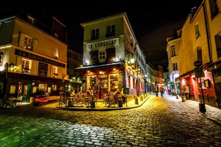 PARIS - 1. Juli Ansicht der typischen Pariser Café am 1. Juli 2013 in Paris Montmartre gehört zu den beliebtesten Reisezielen in Paris, ist Le Consulat ein typisches Kaffeehaus Standard-Bild - 20909772