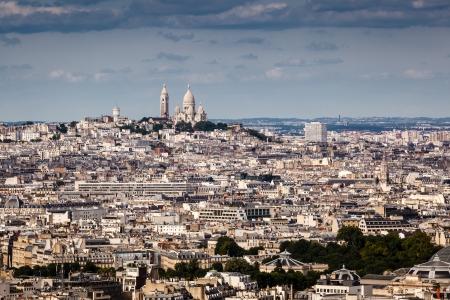 sacre coeur: Vue aérienne sur la colline de Montmartre et du Sacré-Coeur Eglise, Paris, France