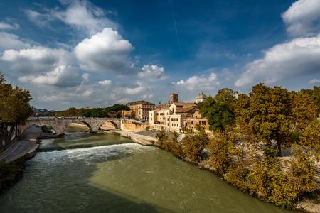 tiber: Ver en la Isla Tiberina y el Puente Cestio, Roma, Italia Foto de archivo