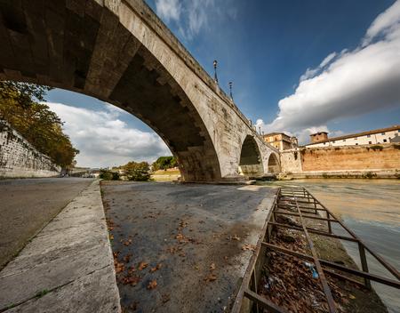 tiber: Panorama de la isla Tiberina y el Puente Cestio sobre el r�o T�ber, Roma, Italia
