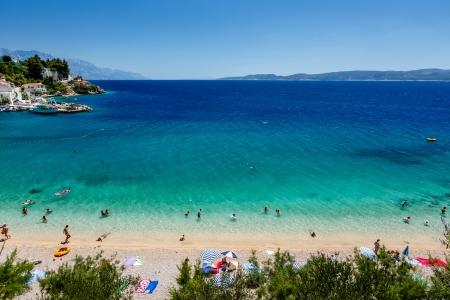 Mooie Adriatische strand en de lagune met turquoise water in de buurt van Split, Kroatië