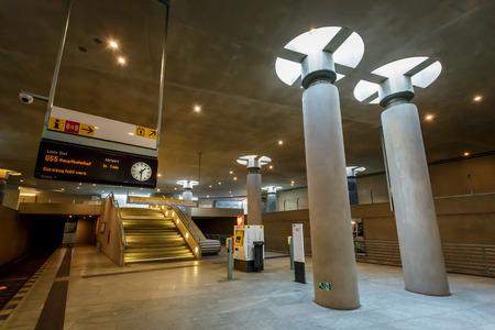 ベルリン - 8 月 24 日 Bundestag 地下鉄 U バーン駅 2013 年 8 月 24 日にベルリン、ドイツ、ベルリン U バーンで 1902 年に開設し、10 行にまたがる 170 ステー