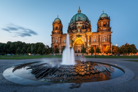 독일 베를린 대성당 베를린 성당 및 저녁, 독일에서 조명 된 분수