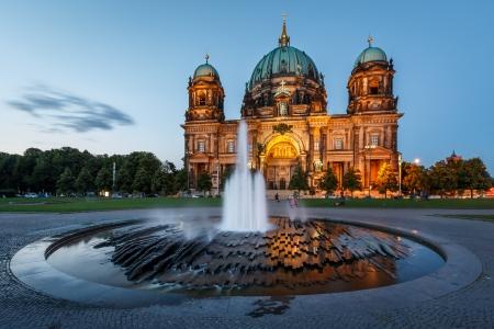 Berliner Dom Berliner Dom en de fontein verlicht in de Avond, Duitsland