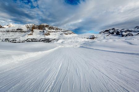 マドンナ ディ カンピーリョ スキー リゾート、イタリアのアルプス、イタリアの近くの斜面をスキーします。 写真素材