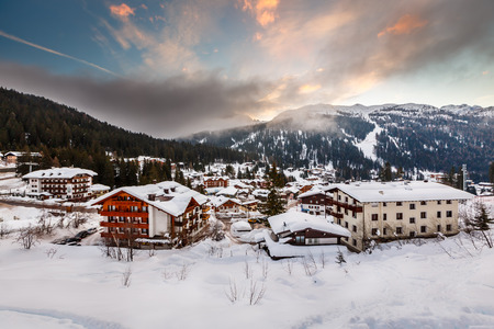 朝、イタリアのアルプス、イタリアのマドンナ ・ ディ ・ カンピーリョのリゾート スキーします。