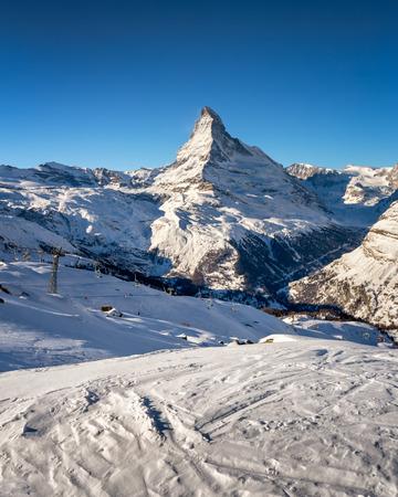 pista: Sunny Ski Slope and Matterhorn Peak in Zermatt, Switzerland