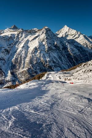 pista: Sunny Ski Slope and Mountains Peaks in Zermatt, Switzerland
