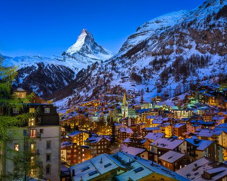 Aerial View na dolinie Zermatt i Matterhorn Peak at Dawn, Szwajcaria Zdjęcie Seryjne