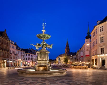 Amagertorv 広場、古い町のコペンハーゲン、デンマークでのコウノトリの泉 写真素材