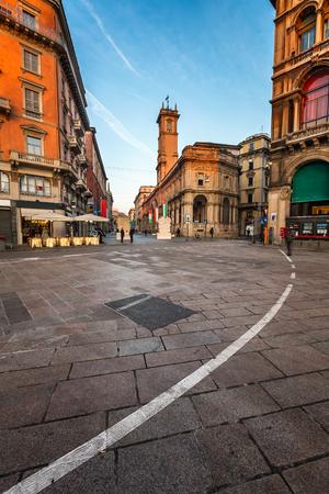 Piazza del Duomo és a Via dei Mercanti a reggelen, Milánóban, Olaszországban
