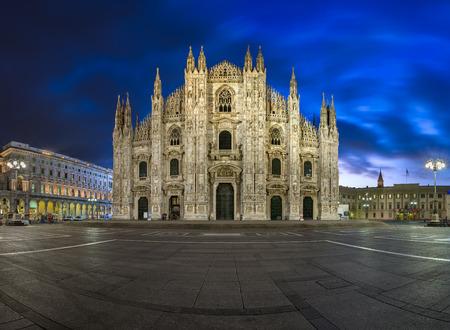 milánó: A milánói dóm (Duomo di Milano) és a Dóm téren, a Morning, Milánó, Olaszország