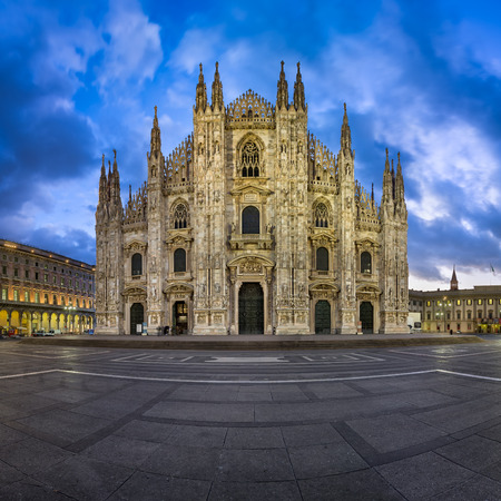 ミラノのドゥオーモ (ミラノ大聖堂) と朝、ミラノ、イタリアのドゥオモ広場