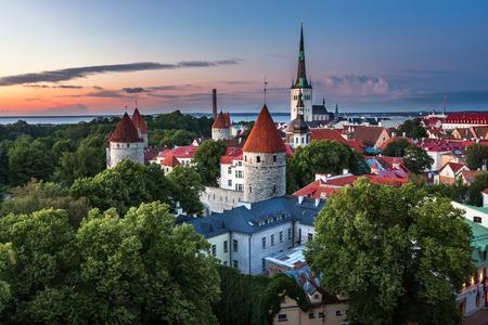 Luftaufnahme von Tallinn Altstadt von Domberg in der Abend Tallinn Estonia