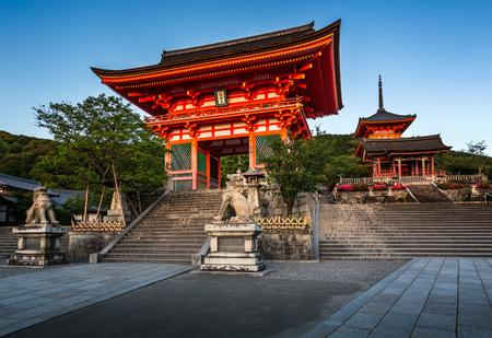 Gates of Kiyomizudera Illumineted at Sunset Kyoto Japan Standard-Bild - 41486228