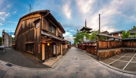 八坂の塔と朝、祇園、京都の三年坂通りのパノラマ 写真素材
