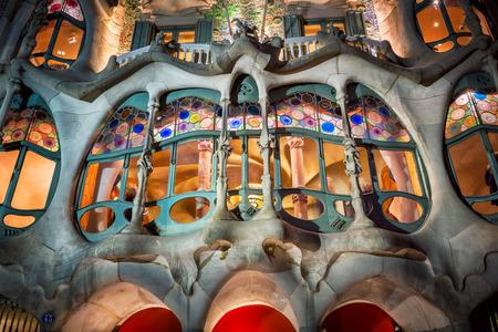 BARCELONA, SPANIEN - 16. NOVEMBER 2014: Casa Batllo Fassade in Barcelona, ??Spanien. Das berühmte Gebäude von Antoni Gaudi entworfen ist eine der wichtigsten touristischen Attraktionen in Barcelona. Standard-Bild - 76287650