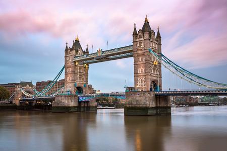 Tower Bridge et la Tamise dans le matin, Londres, Royaume-Uni Banque d'images
