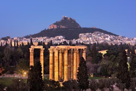 templo romano: Vista del templo de Zeus Olímpico y el Monte Licabeto en la noche, Atenas, Grecia