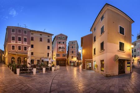 朝は、クロアチア、ロヴィニ旧市街の狭い通り
