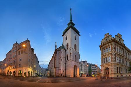 朝は、チェコ共和国、ブルノ聖ジェームス教会全景