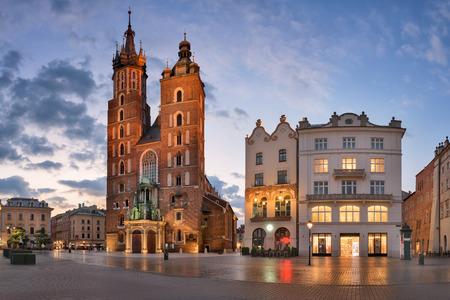 朝、クラクフ、ポーランドの聖メアリー大聖堂のパノラマ 写真素材