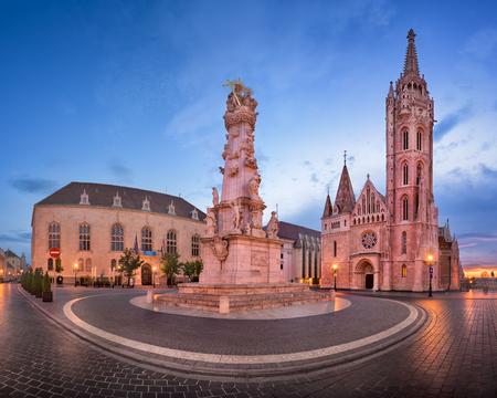 聖マーチャーシュ教会とセントハーロムシャーグ広場, ブダペスト, ハンガリー、朝のパノラマ 写真素材