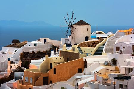 明け方、サントリーニ島、ギリシャ イア村の風車