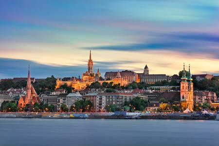夕方には、ブダペスト、ハンガリーのブダ スカイライン 写真素材