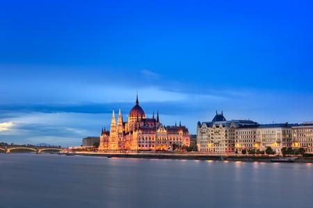 ブダペスト国会議事堂と夕方には、ブダペスト、ハンガリーのドナウ川堤防 写真素材