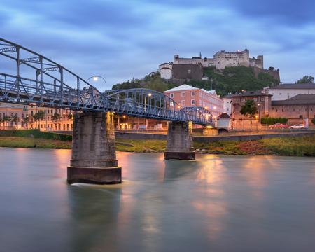 モーツァルト橋と朝、ザルツブルグ、オーストリアの要塞をホーエン ザルツブルク城