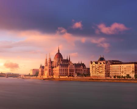 ブダペストの国会議事堂、夕暮れ、ブダペスト、ハンガリーのドナウ川堤防