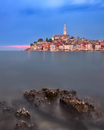 夕暮れ時のロヴィニのスカイライン、イストリア、クロアチア