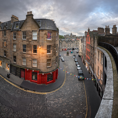 EDINBURGH, UNITED KINGDOM - SEPTEMBER 12, 2017: Victoria Street in the Morning, Edinburgh, Scotland. Victoria Street leads to the Grassmarket which is a historic market place and an event space in the Old Town. Редакционное