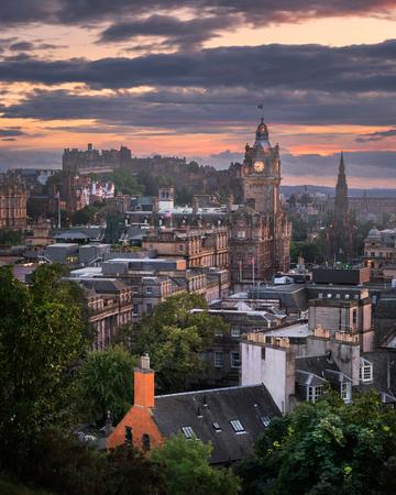 イギリスのエジンバラ、スコットランド、夕暮れ時のカールトン ・ ヒルからのビュー