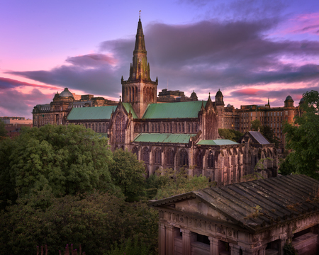 イギリスのグラスゴー大聖堂と朝は、スコットランド、グラスゴーのスカイライン